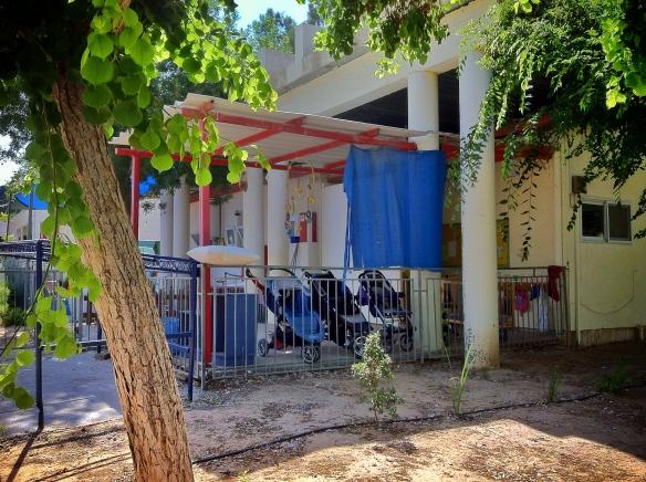Un cofre de hormigón cubre la guardería del kibutz Melfasim, para proteger a los niños de los misiles de Hamas. | ADP